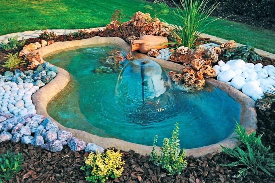 Come abbellire un giardino con un laghetto fai da te