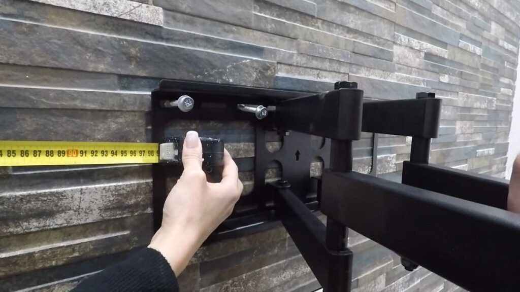 Come fissare il supporto del televisore al muro