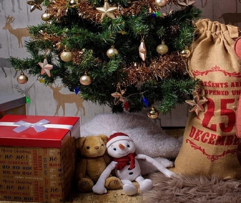 Addobbare l'albero di Natale con i peluche