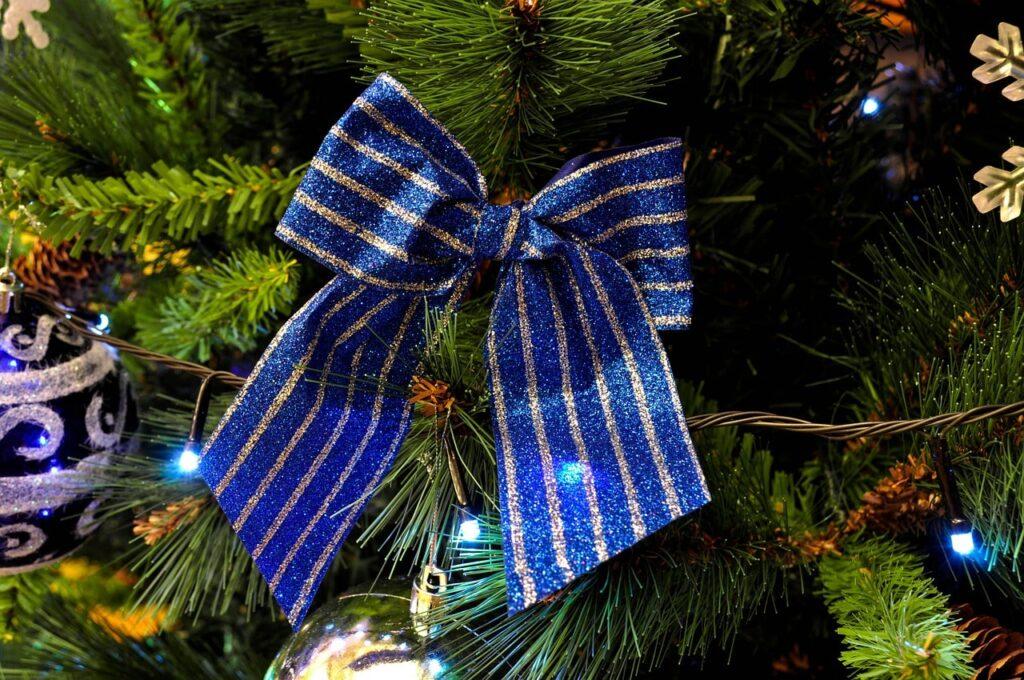 Addobbare l'albero di Natale con un fiocco