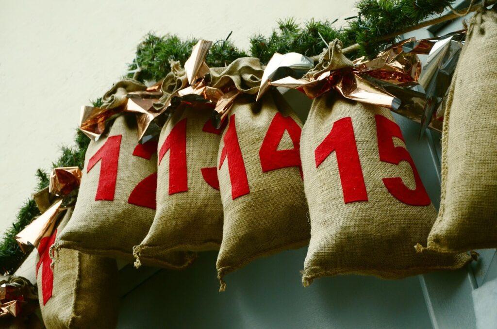 Decorazioni natalizie per pareti: 20 idee originali