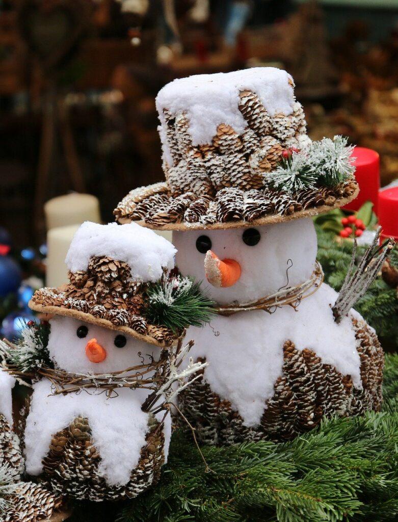 Pupazzo di neve fai da te con le pigne