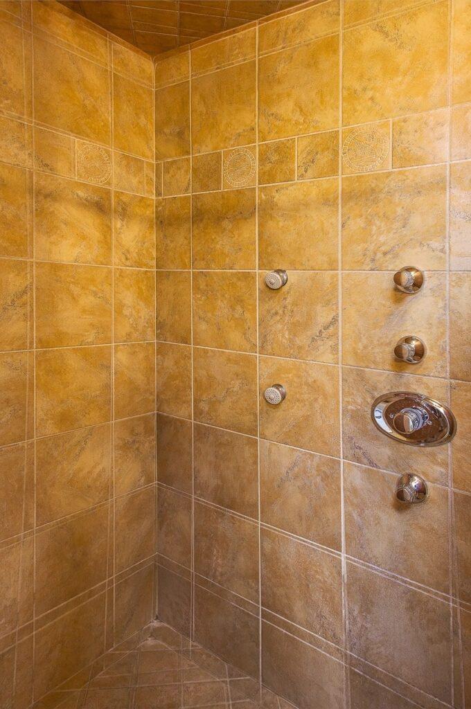 Rivestire le pareti di una doccia