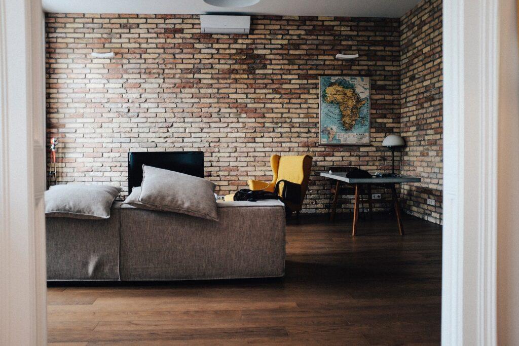 Decorare le pareti con la carta da parati effetto pietra