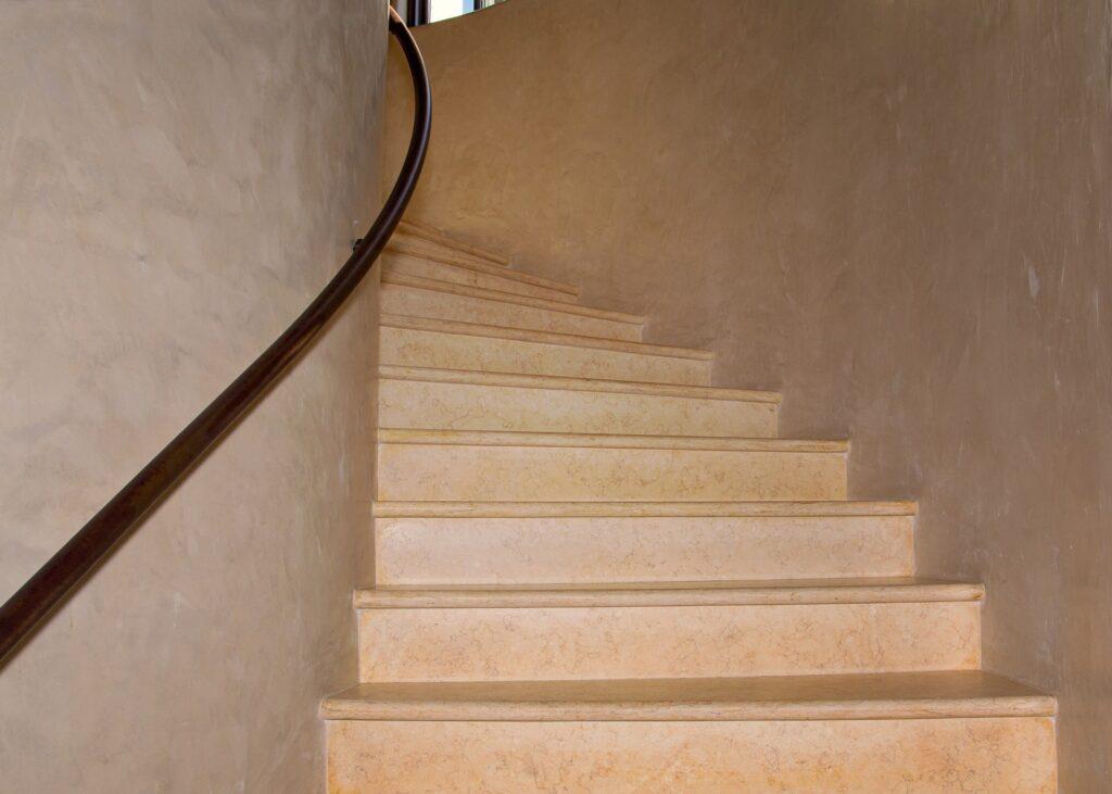 Come decorare le scale interne di una casa con le decorazioni 3d