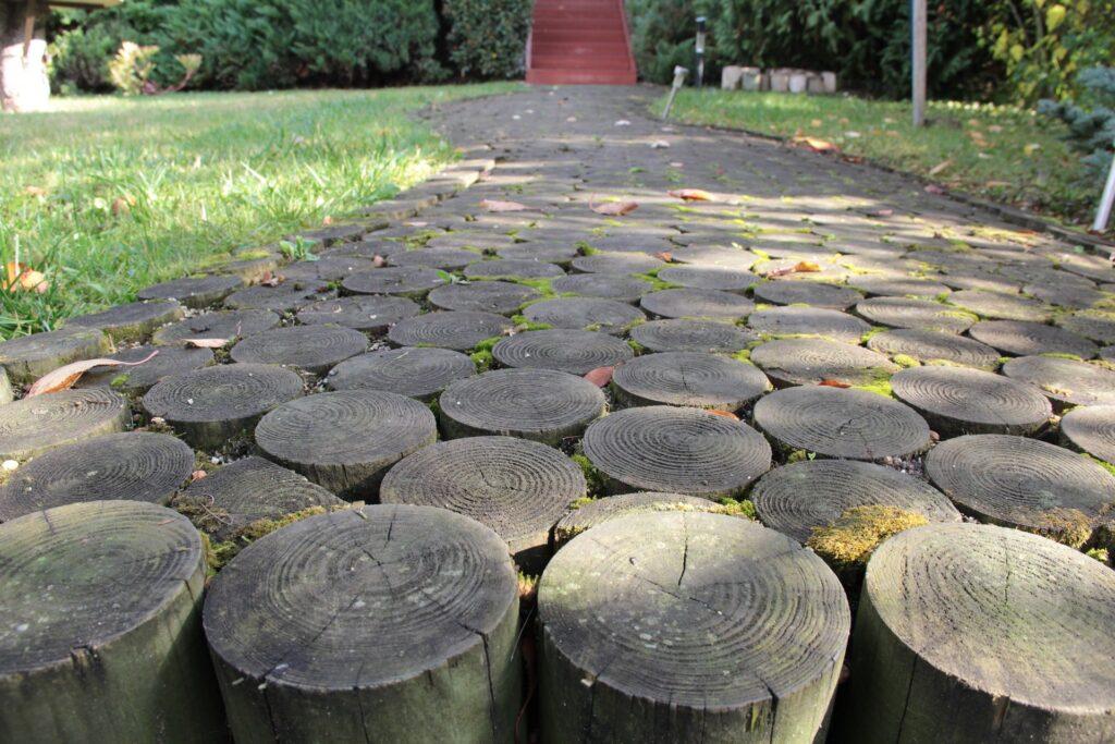 Idee per realizzare un vialetto in giardino con i ceppi di legno