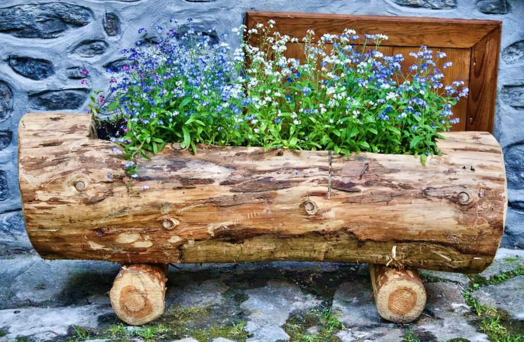 Come arredare un giardino con i tronchi di legno