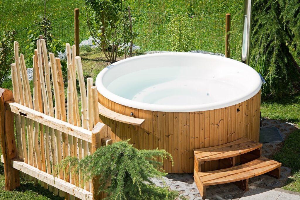 Vasca idromassaggio coperta in giardino
